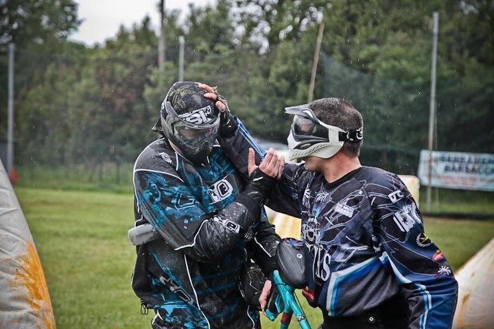 Il paintball insegna il lavoro in team.
